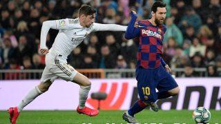 Valverde frena a Messi. (AFP)