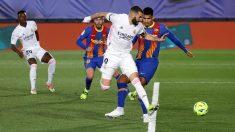 Benzema, en el momento de marcar el gol de tacón. (Getty)