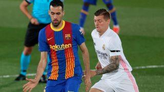 Busquets y Kroos disputan un balón en el Clásico. (EFE)