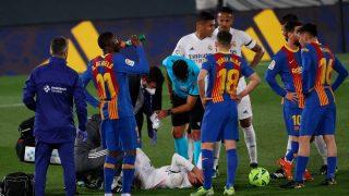 Lucas Vázquez se duele tras la entrada de Busquets. (EFE)