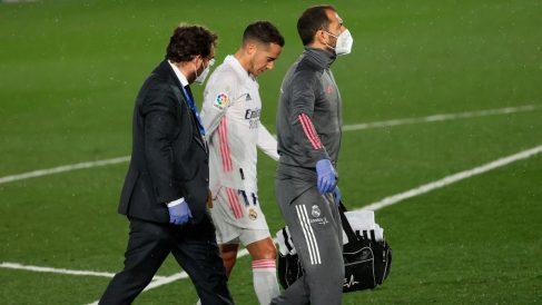 Lucas se marcha lesionado en el Clásico. (EFE)