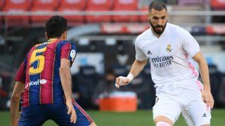 Benzema y Busquets, en el Clásico. (AFP)