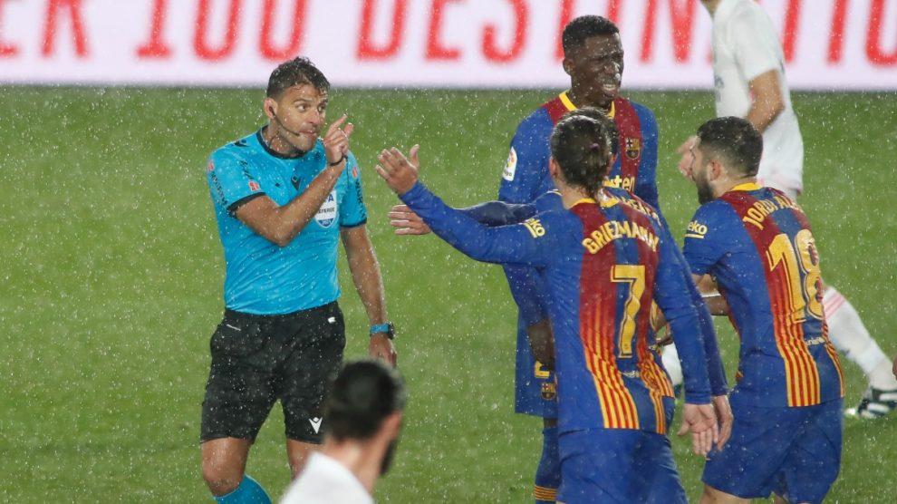 Los jugadores del Barcelona protestan a Gil Manzano en el Clásico. (Getty)