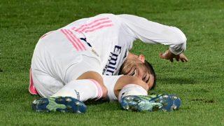 Lucas Vázquez, tras caer lesionado en el Clásico. (AFP)
