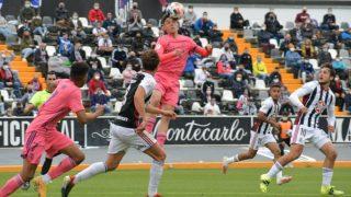 Arribas cabecea un balón ante el Badajoz (Realmadrid.com).