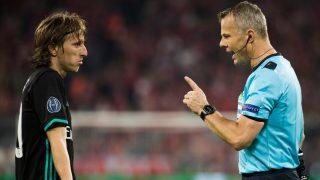 Kuipers advierte a Modric en un partido del Real Madrid. (AFP)