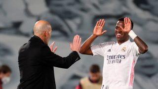 Vinicius, celebra un gol con Zidane (EFE).