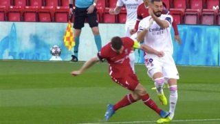 Milner arrolla a Benzema con los tacos por delante.