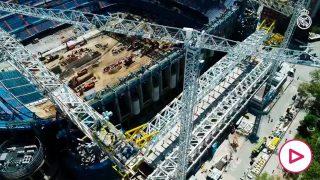 Así fue el espectacular izado de la primera megacercha longitudinal del Nuevo Bernabéu.