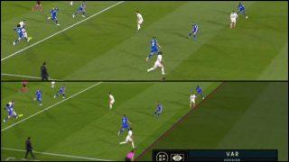 En la imagen superior se aprecia el momento real del golpeo de Militao, en la inferior (la que cogió el VAR) el balón ya había salido de la bota del defensa del Real Madrid,