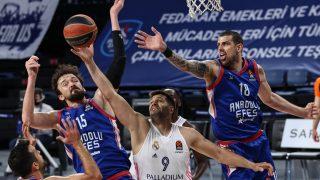 Los jugadores de Efes, ante Felipe Reyes. (Getty)