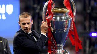Aleksander Ceferin, presidente de la UEFA, con el trofeo de la Champions League. (Getty)