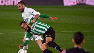 Carvajal pelea una pelota con Borja Iglesias. (AFP)