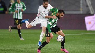 Carvajal disputa un balón contra el Betis. (Getty)