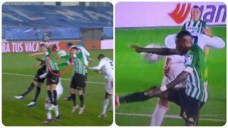 El Real Madrid reclamó dos manos.