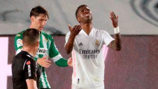 Vinicius se lamenta en una acción ante el Betis (EFE).