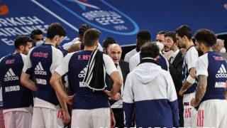 Los jugadores del Real Madrid atienden a Laso en el Sinan Erdem. (Getty)