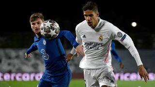 Varane pugna por un balón con Werner. (AFP)