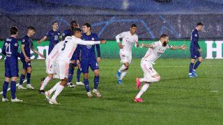 Benzema celebra su gol contra el Chelsea. (AFP)