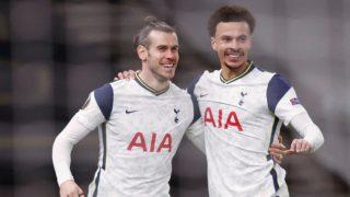 Bale celebra con Dele sus goles. (AFP)