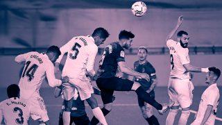 Varane cabecea un balón en el Real Madrid-Osasuna.