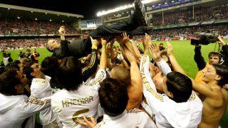 Los futbolistas mantean a José Mourinho en San Mamés. (AFP)