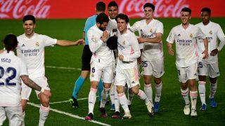 Los jugadores del Real Madrid. celebran el gol de Militao contra Osasuna. (AFP)