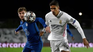 Varane disputa un balón con Werner en el Real Madrid-Chelsea. (AFP)
