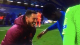 Hazard se parte de risa  con Zouma tras el partido.