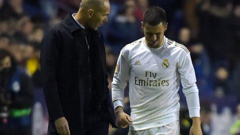 Zidane charla con Hazard durante un encuentro con el Real Madrid (AFP)