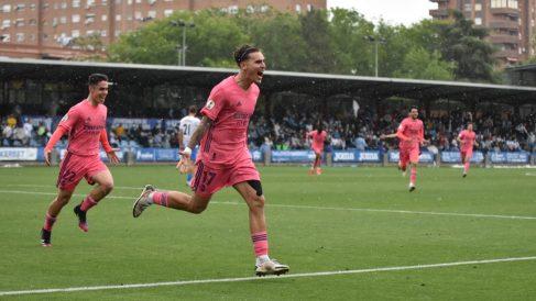 Hugo Vallejo celebra un gol del Castilla. (Fermín Martín)