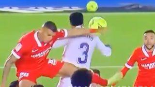 El balón golpea en el hombro de Militao antes de darle en el brazo.