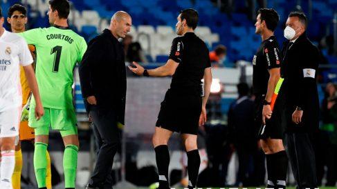 Zidane conversa con Martínez Munuera. (EFE)