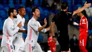 Martínez Munuera pita penalti a Militao en el Real Marid-Sevilla. (EFE)
