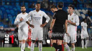 Los jugadores del Real Madrid protestan la acción del penalti ante el Sevilla.