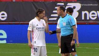 Modric y Mateu Lahoz discuten sobre el césped.