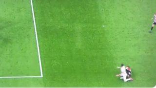 Yeray tira a Benzema dentro del área.