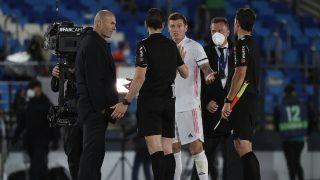 Zidane y Kroos hablan con Martínez Munuera tras el penalti de Militao ante el Sevilla (Getty).