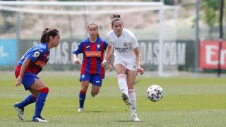 Aurelie Kaci pasa un balón ante la atenta mirada de dos jugadoras del Eibar. (@realmadridfem)