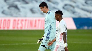 Courtois y Vinicius se retiran del campo tras perder un partido (AFP).
