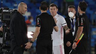 Kroos protesta a Martínez Munuera tras el partido contra el Sevilla. (Getty)