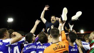 Xabi Alonso, manteado por sus jugadores tras lograr el ascenso a Segunda del filial de la Real (RFEF)