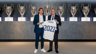 Florentino Pérez y Modric posan con las Champions del Real Madrid. (Realmadrid.com)
