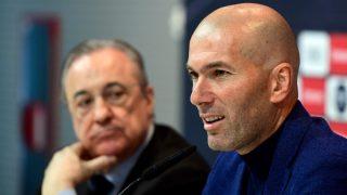 Zidane, junto a Florentino Pérez, en su despedida en 2018. (AFP)