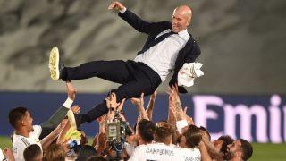 Zidane, manteado por sus jugadores tras la conquista de la 34ª Liga del Real Madrid (Getty)