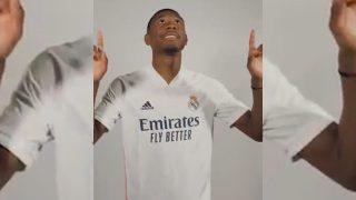 Alaba ya posa con la camiseta del Real Madrid.