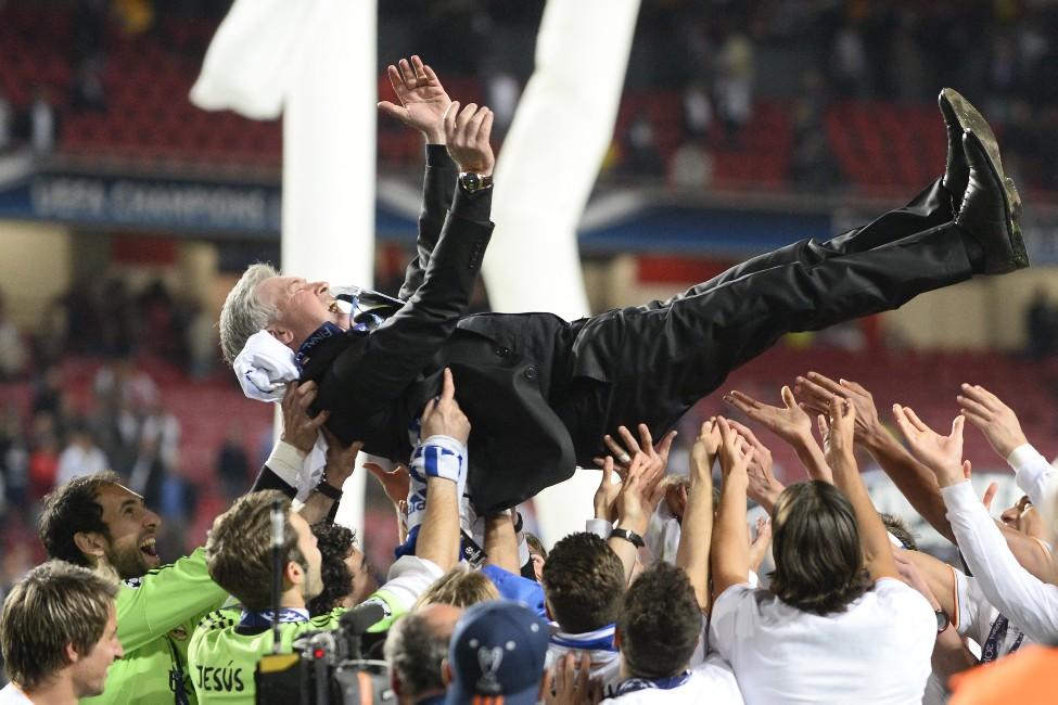 Ancelotti, manteado por los jugadores tras ganar la Décima. (AFP)