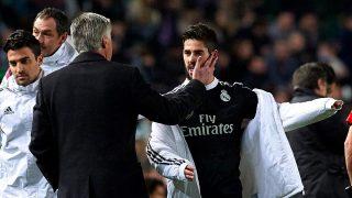 Ancelotti mima a Isco en un partido. (Getty)