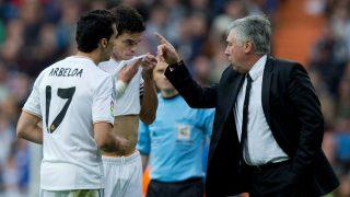 Arbeloa, Ancelotti y Pepe durante un partido del Real Madrid. (Getty)