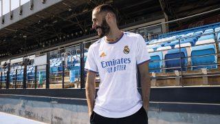 Benzema posa con la nueva camiseta.